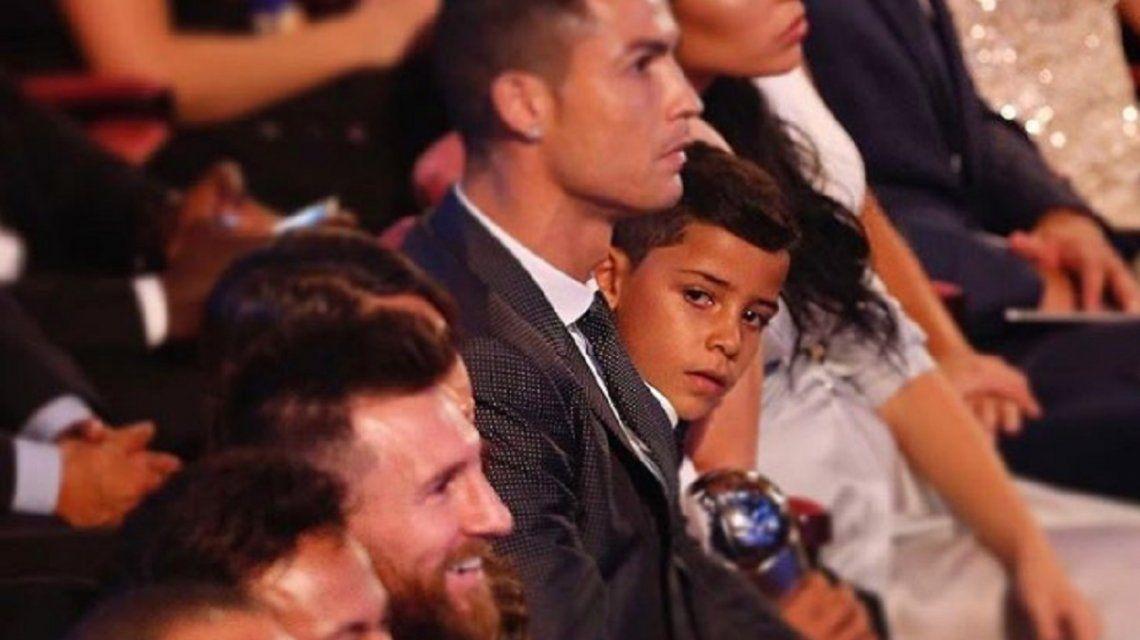 El pequeño no puede ocultar su devoción por el argentino