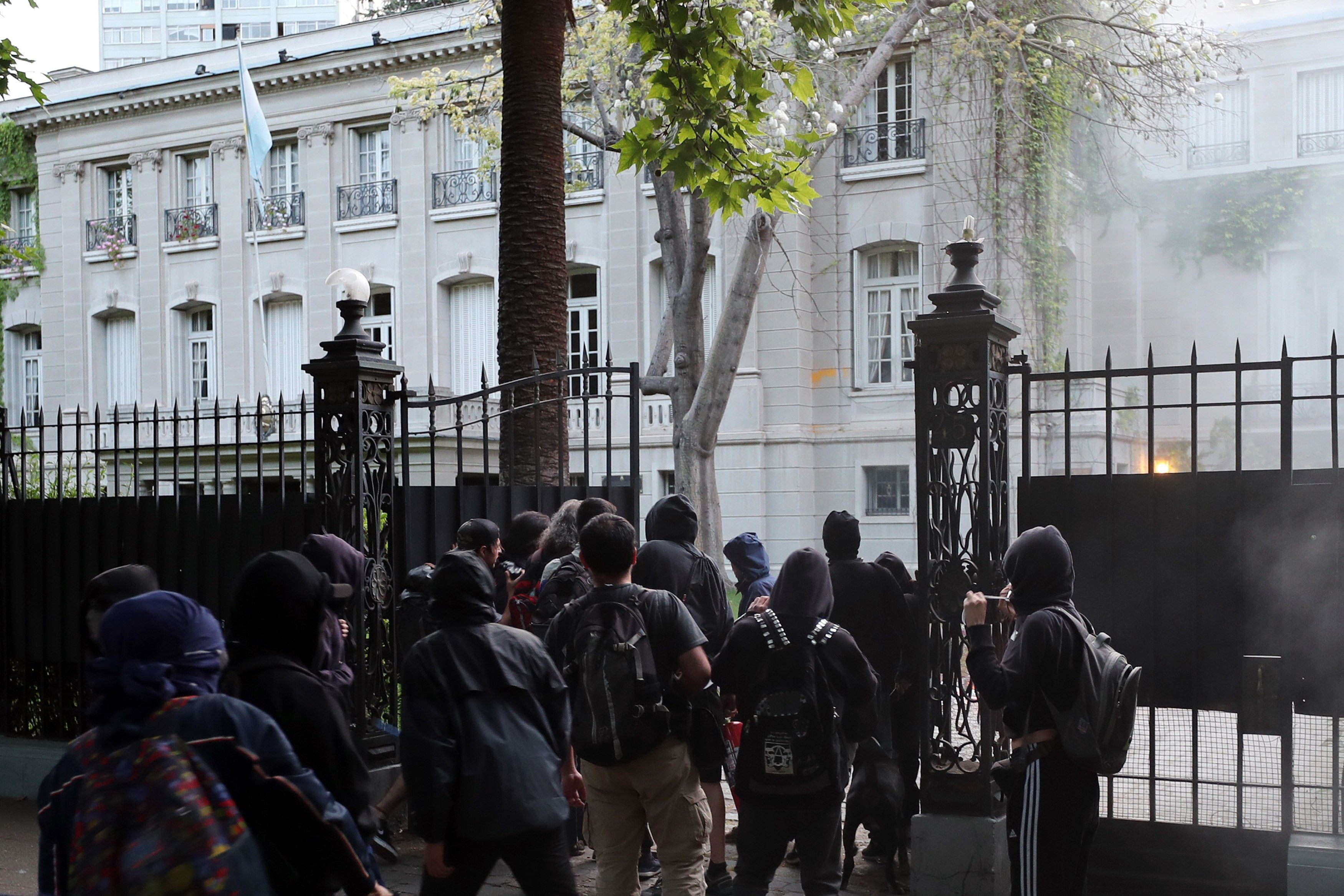 Atacaron a piedrazos el consulado argentino en Chile