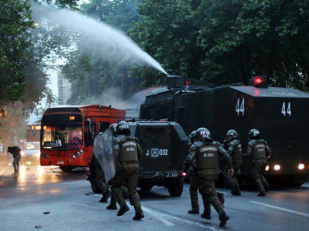 <div>La protesta se salió de control y terminó con el secuestro de un micro del transporte público</div>