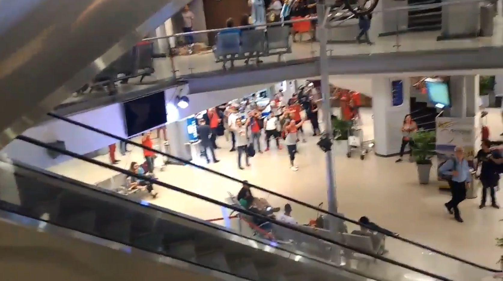 Con cantitos y chicanas, hinchas de Racing e Independiente se cruzaron en Asunción