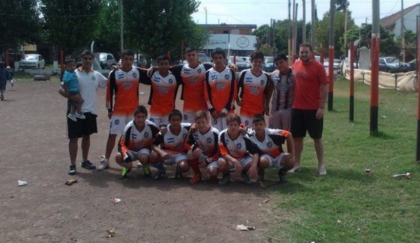 Benavente junto al equipo de chicos que dirigía (foto: Facebook)