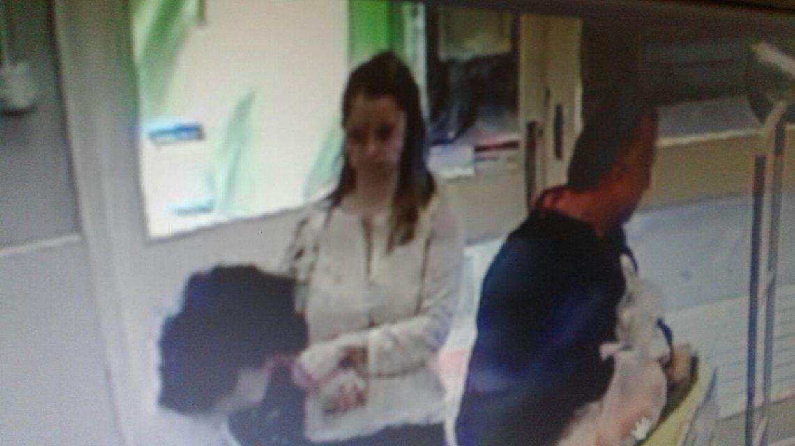 Lo asaltó una madre con su hija y ahora hace guardia en el colegio de la nena