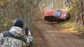 El violento accidente en una carrera de rally que casi provoca la muerte de un espectador