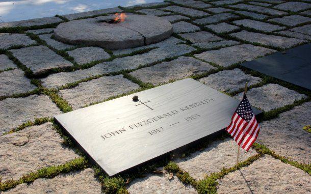 Tumba de John F. Kennedy en el cementerio de Arlington<br>