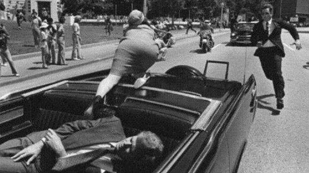 Kennedy ya fue alcanzado por las balas y Jackie intenta huir<br>