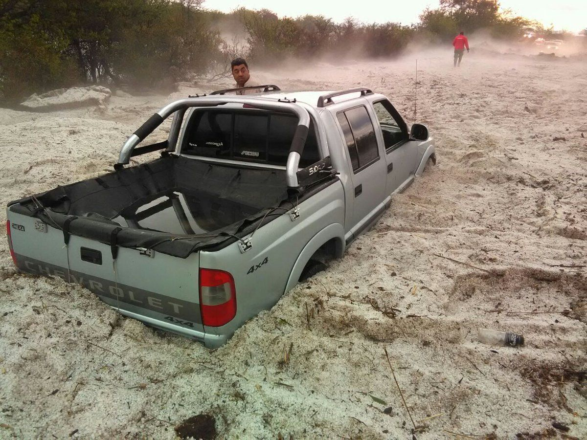Una camioneta quedó casi sepultada por el granizo
