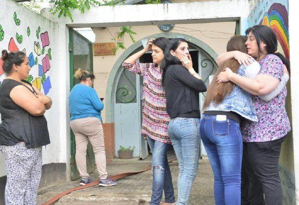 Vecinos y miembros de la comunidad educativa se acercaron al lugar desconsolados