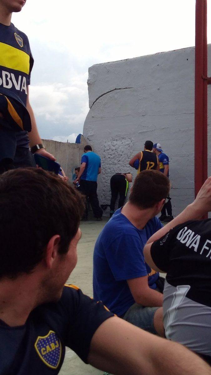 De no creer: el hincha de Boca que quiso pasarse de tribuna y quedó atascado