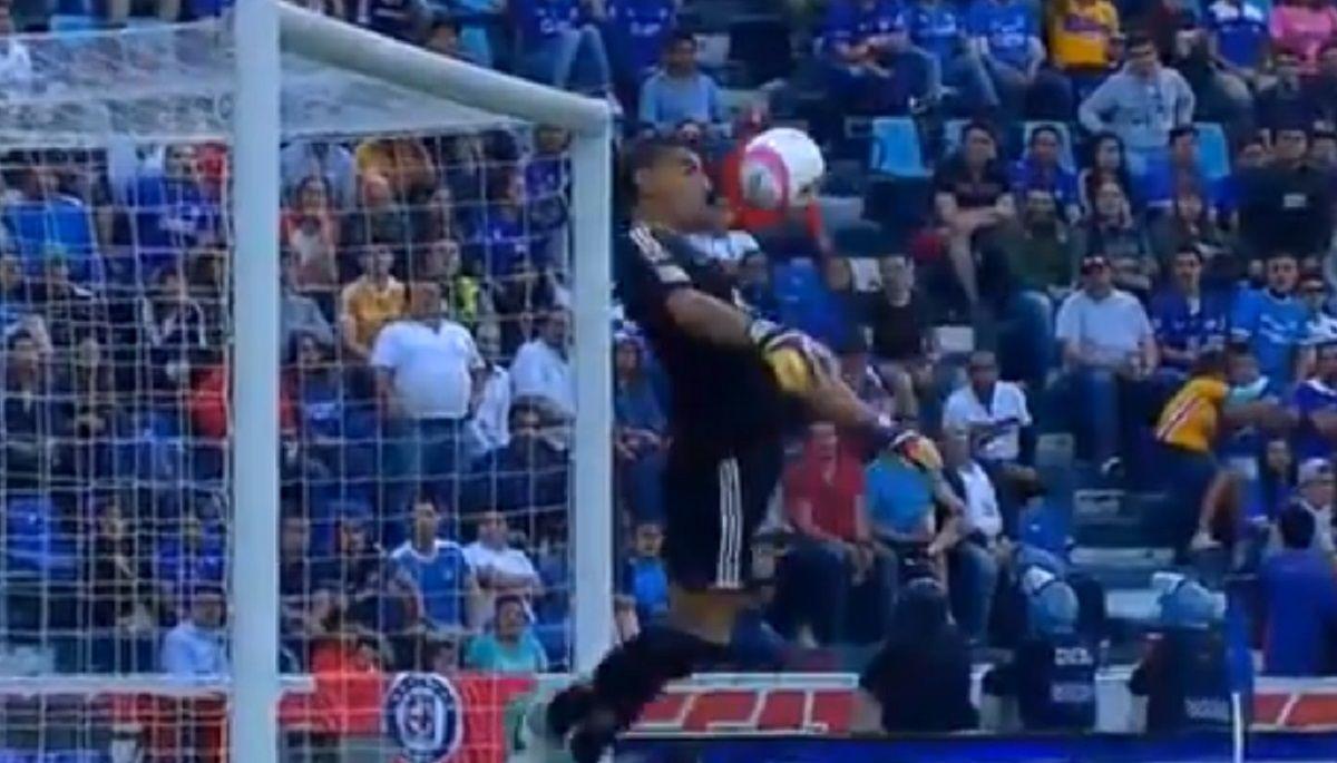 ¡Está loco! Mirá lo que hizo el arquero Nahuel Guzmán para evitar un gol