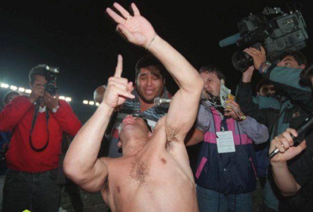 Maradona le hace gestos obscenos a la hinchada de River antes de retirarse a los vestuarios