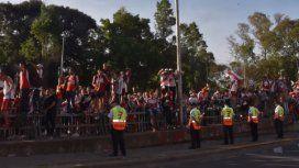 Locura: el banderazo con el que miles de hinchas despidieron al equipo