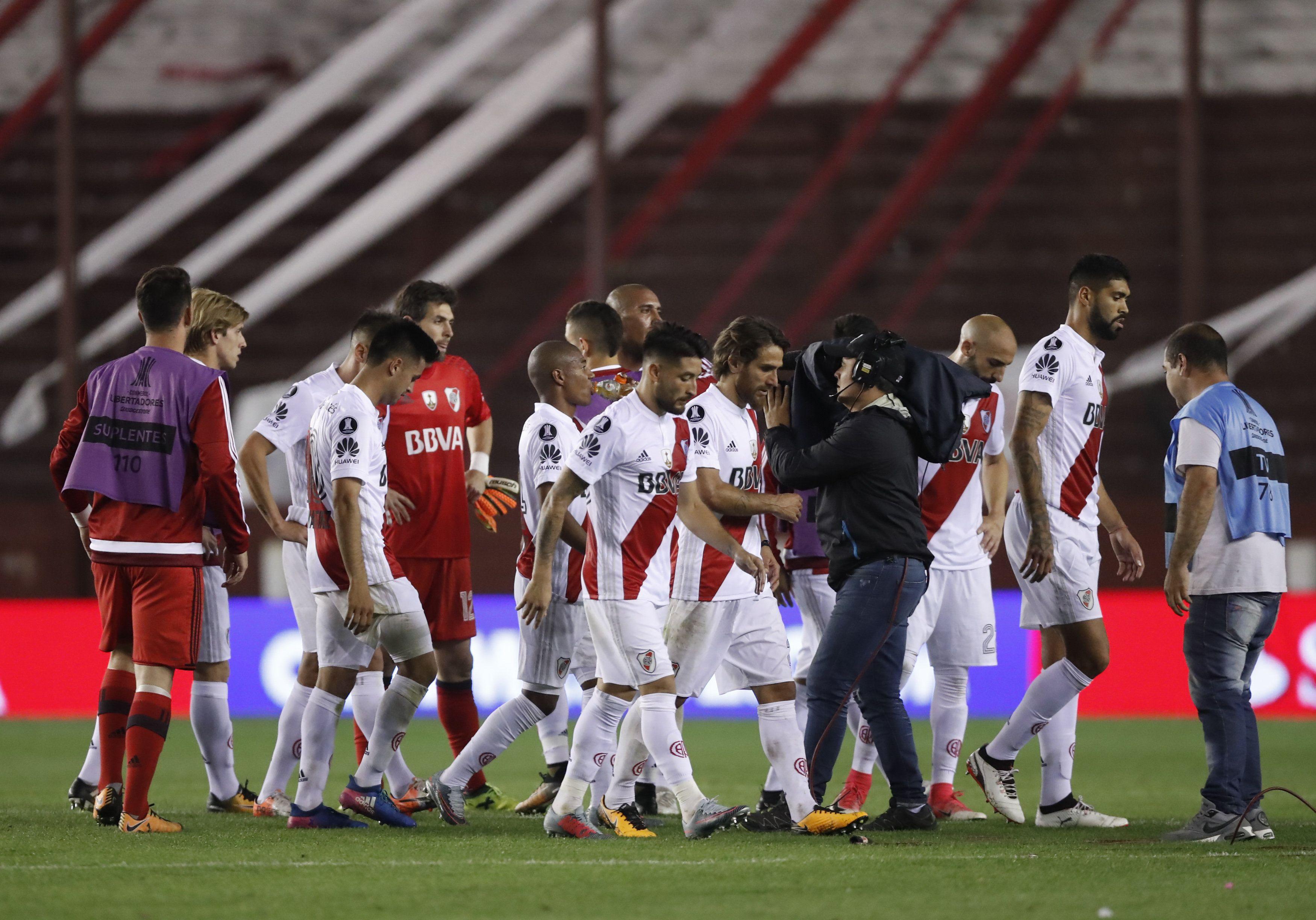 Los jugadores de River se retiran del estadio de Lanús