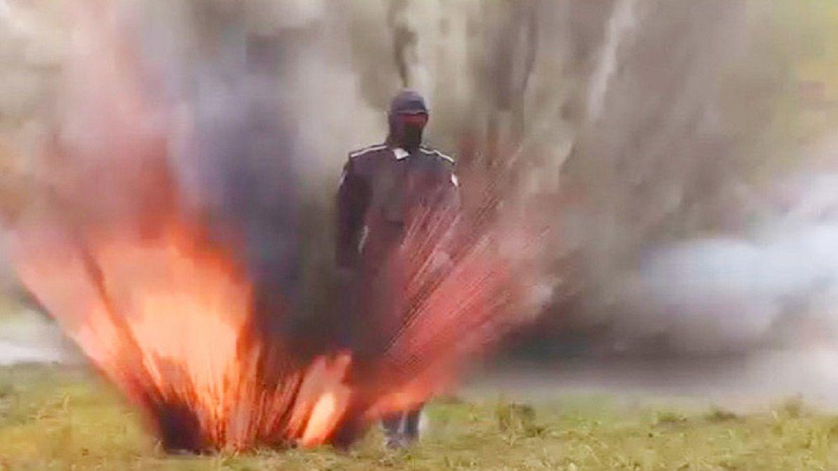 Una joven rusa camina entre el fuego y explosiones gracias a un avanzado traje blindado