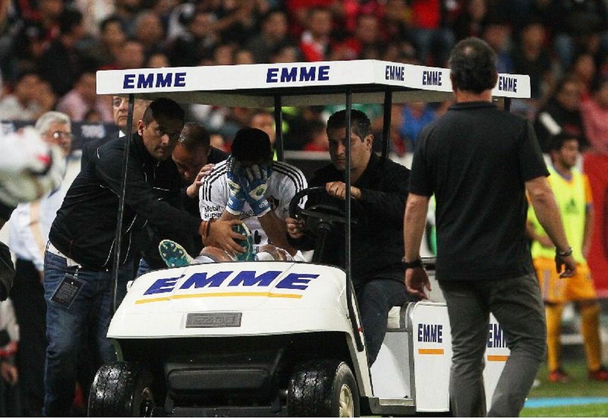 Oscar Ustari se retira lesionado en carrito