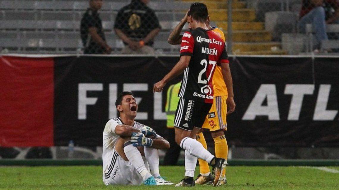 La escalofriante lesión en la rodilla de Oscar Ustari