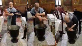 Un sacerdote maltrata a un recién nacido en pleno bautismo