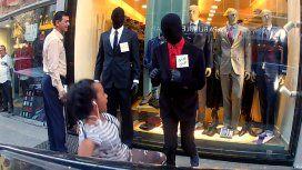 Se hacen pasar por maniquíes para asustar a la gente por la calle