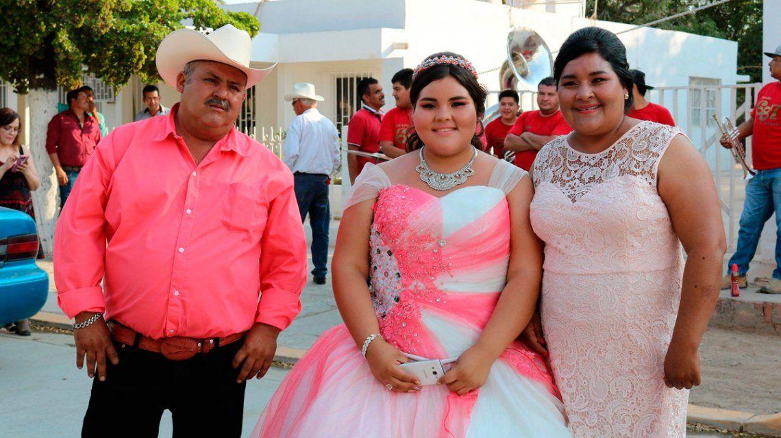 Dayana posa radiante con sus padres