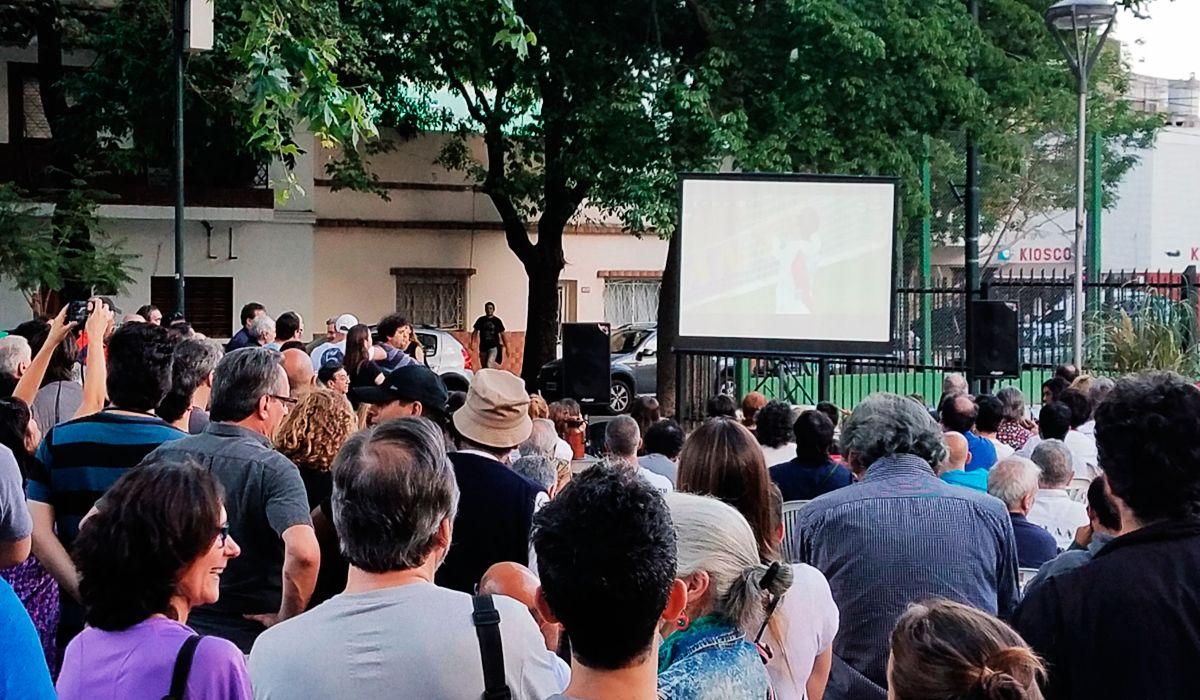 Los vecinos de Parque Chas vieron el Superclásico en una plaza