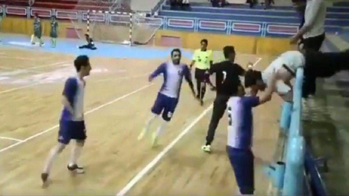 ¿El peor festejo del mundo?: fue a gritar el gol y tiró a una hincha de la tribuna