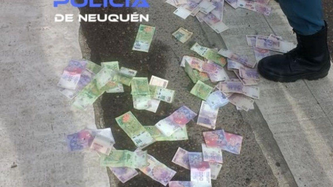 Lo encontraron tirando plata en la calle y lo detuvieron