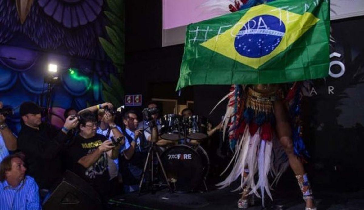 Miss Bumbum: la mejor cola de Brasil celebró con una bandera contra Temer