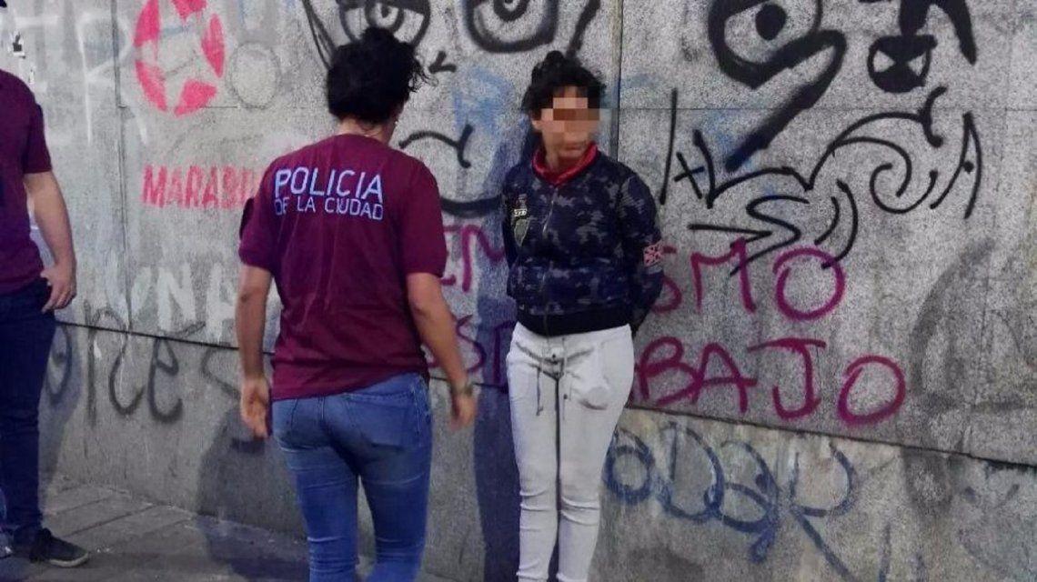 Dos chicas quemaron por despecho a dos jóvenes en una estación del subte B