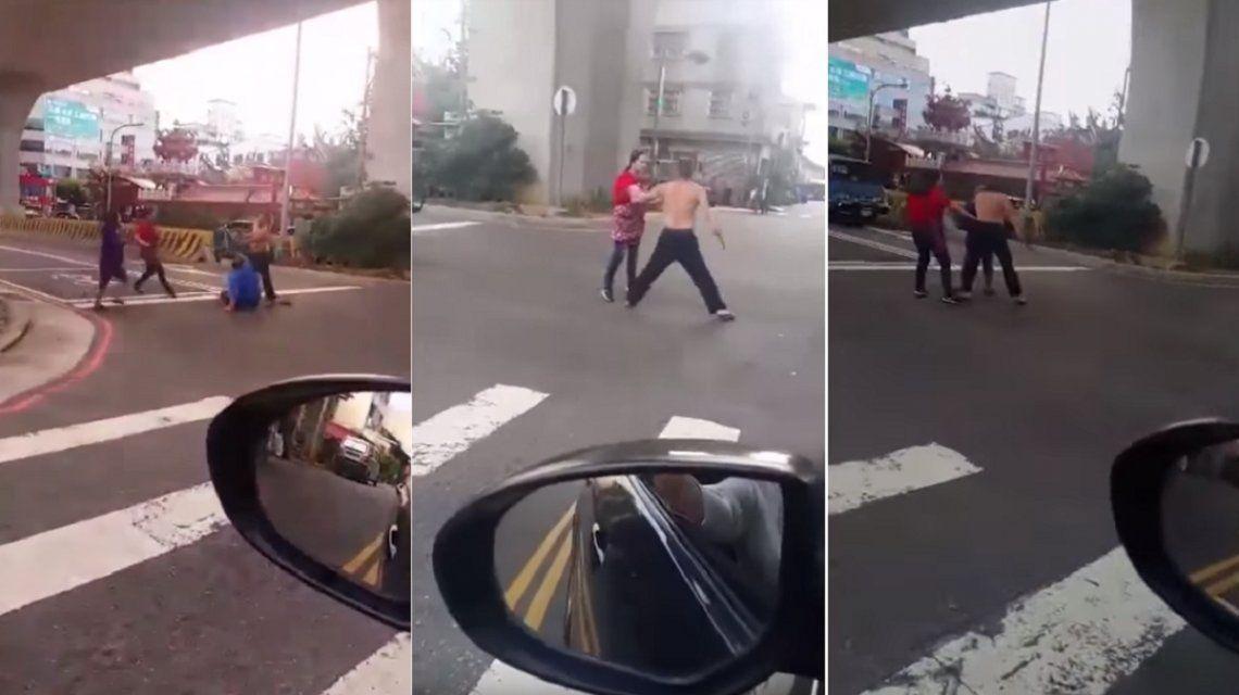 Video: Evitó que su esposo sea acuchillado en medio de la calle
