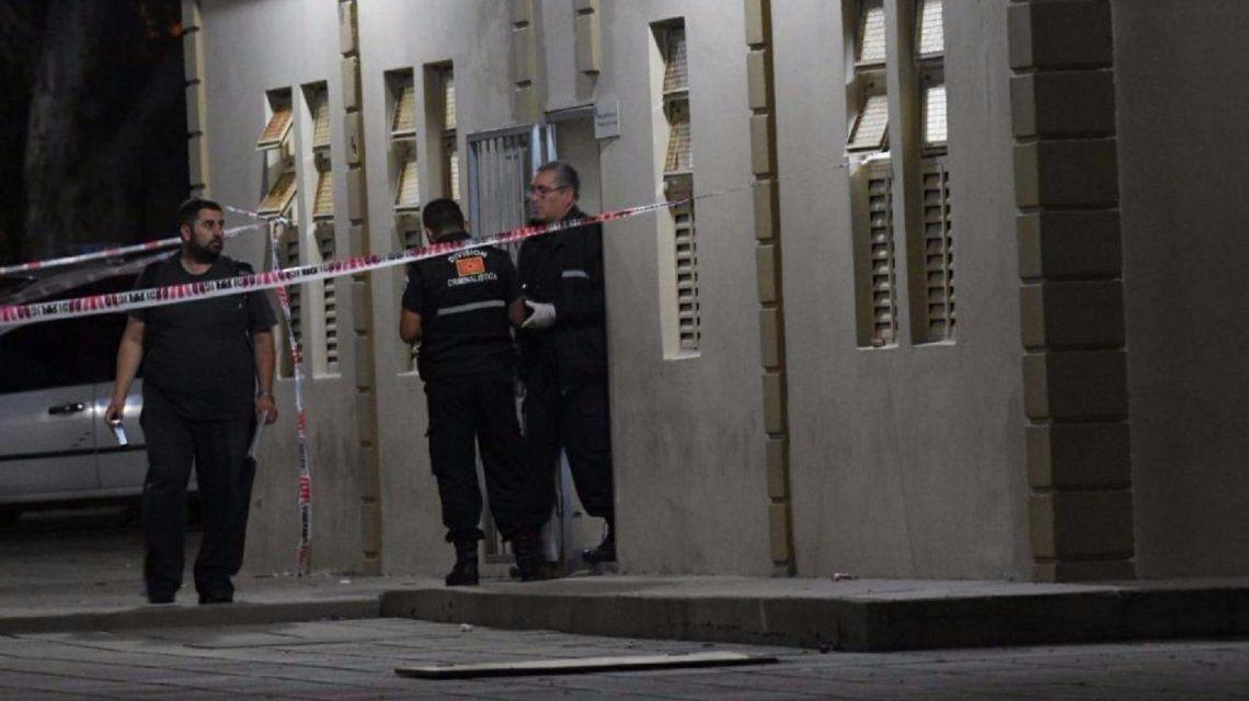 Hallaron muerto a un joven en el baño de una escuela en San Luis