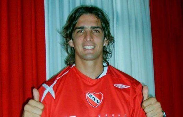 Baez al ser presentado como refuerzo de Independiente en 2007.