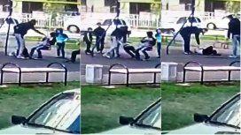 Dos nenes molestaban a su hijo y les dio una paliza