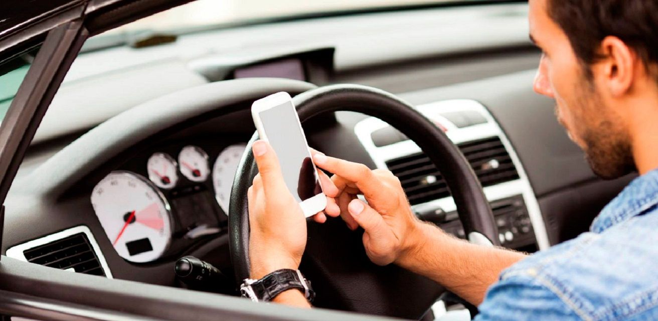 Más del 10% de los conductores usan el celular al manejar por la Ciudad