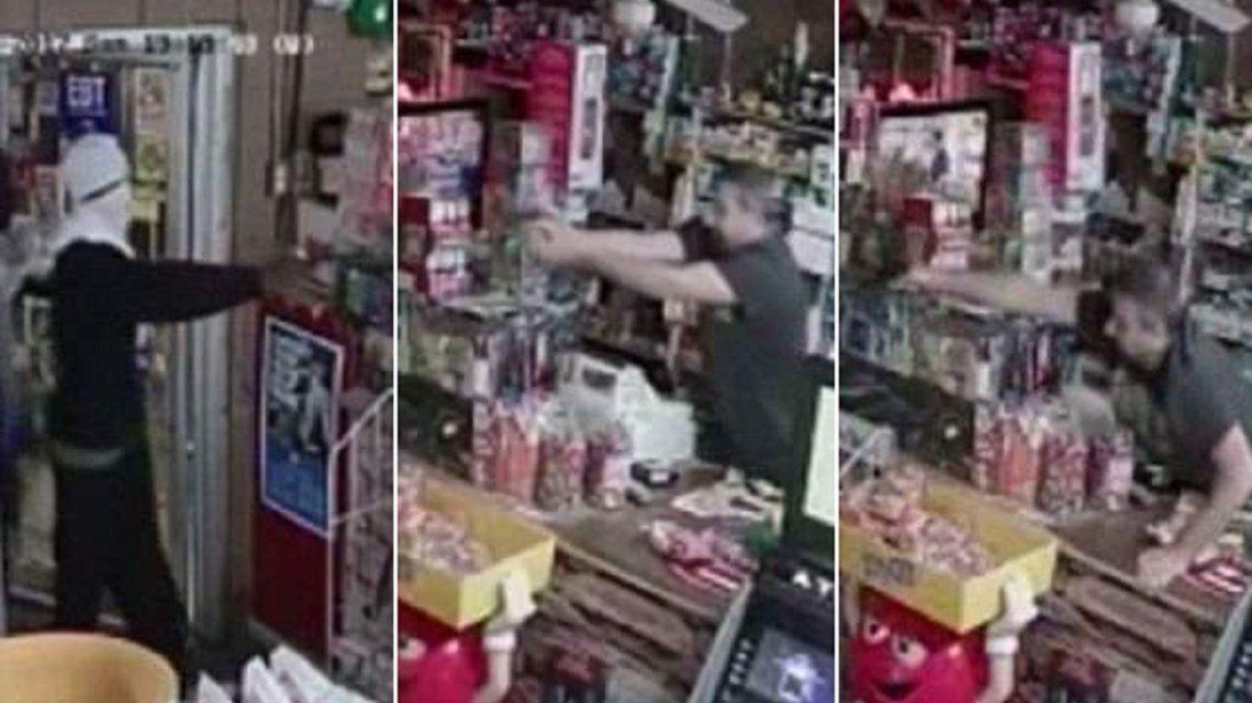 VIDEO: Entraron a robar en una tienda y escaparon bajo una lluvia de balas