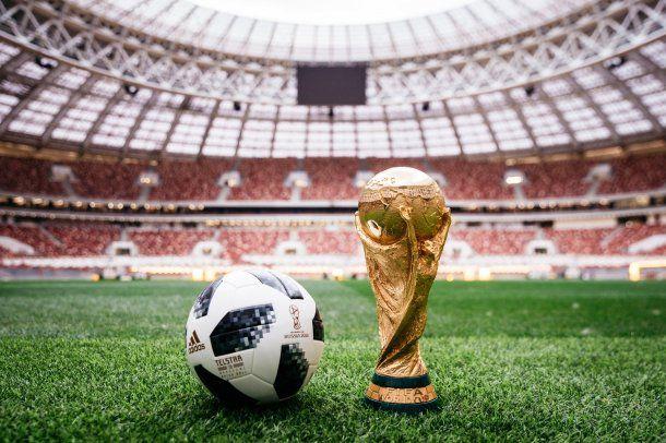 La pelota Telstar junto a la Copa del Mundo que levantará el campeón el 15 de julio