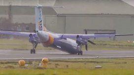 Arriesgado: un avión debió aterrizar sin sus ruedas delanteras