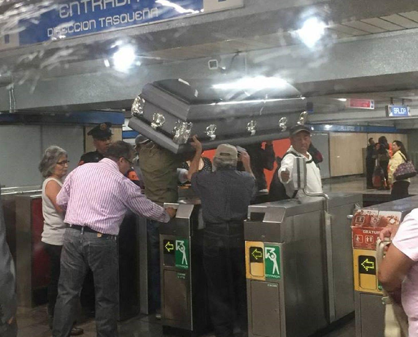 México: llevaron un ataúd en el subte porque no tenían para pagar el coche fúnebre