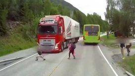 Se salvó de ser atropellado por un camión al cruzar la ruta sin mirar