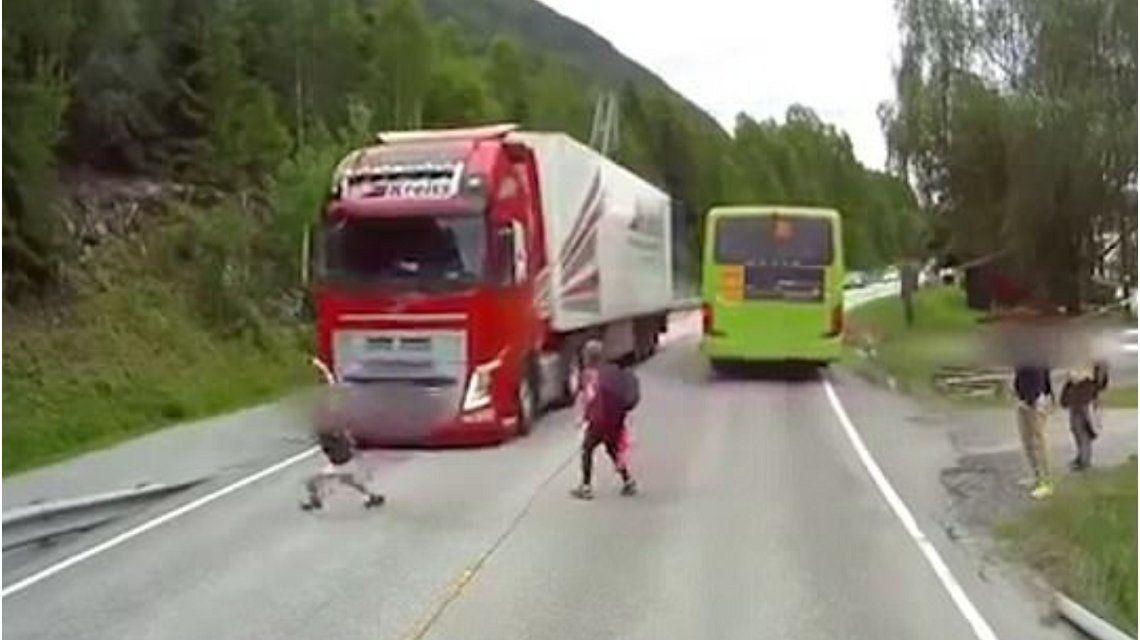 Se salvó por centímetros de ser atropellado por un camión al cruzar la ruta sin mirar