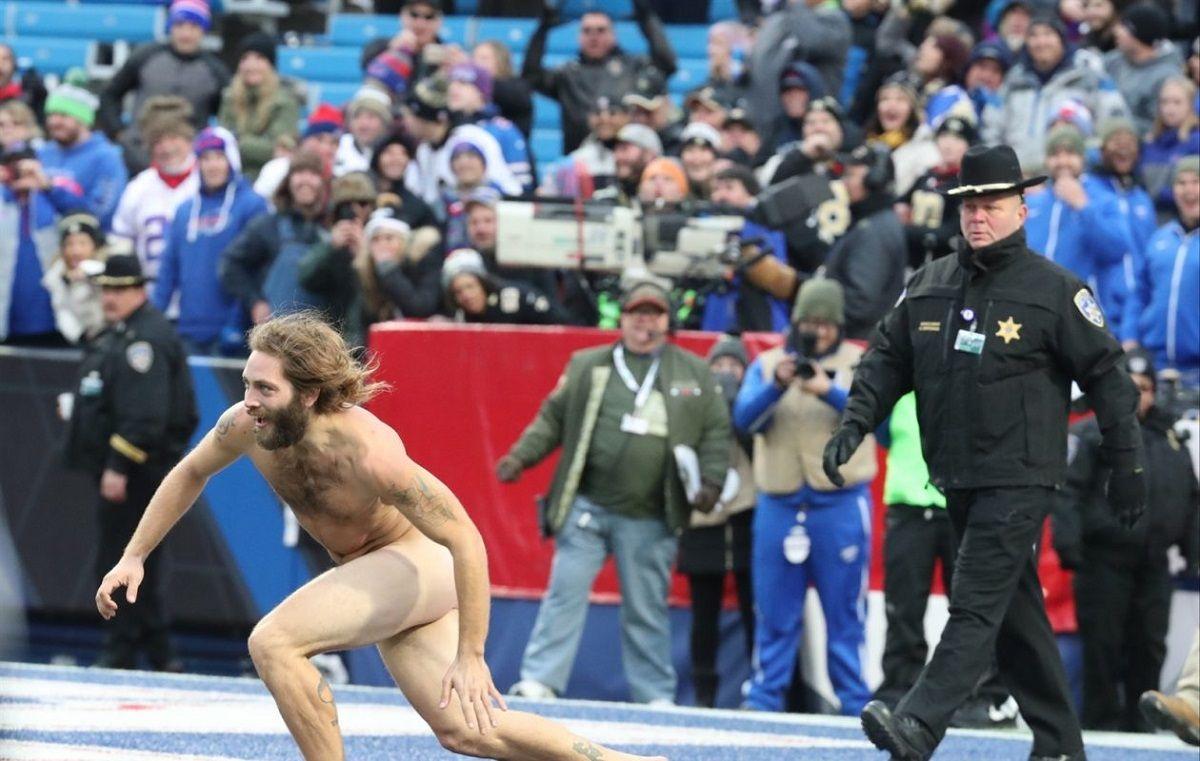Un hincha ingresó a la cancha desnudo en medio de un partido de fútbol americano