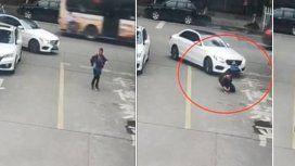 Un nene es atropellado por un auto y se salva gracias a la mochila del colegio