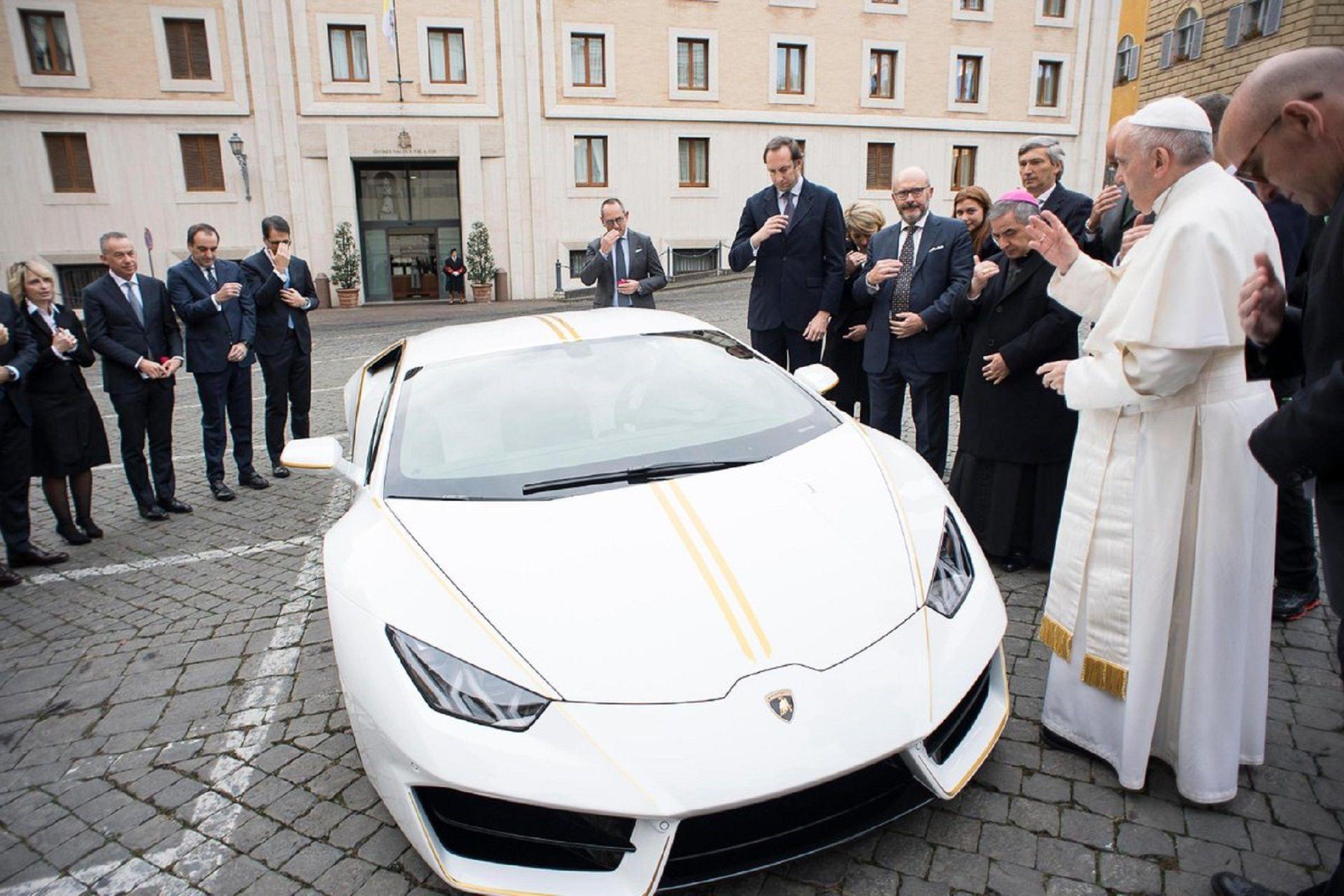 Al Papa le regalaron un auto de más 230 mil euros y decidió para qué lo usará