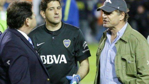 Burzaco con el arquero de Boca, Agustín Orion, durante el superclásico suspendido.