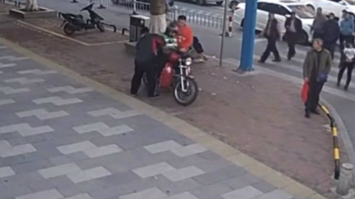 La policía detuvo a tres hombres que fueron acusados de tráfico humano