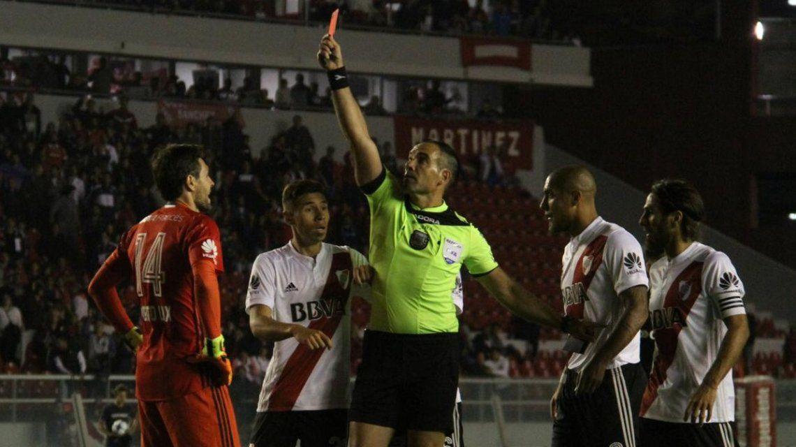 Lux se fue expulsado y River juega con 10 frente a Independiente
