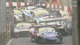 Espectacular choque de 16 autos en la Copa Mundial de FIA