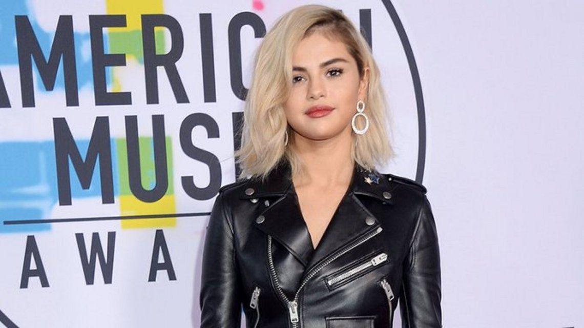 Selena Gomez en la alfombra roja de losAmerican Music Awards.
