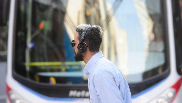 Escuchar música a altos volúmenes en la ciudad es uno de las causantes del zumbido