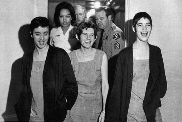 <p>Tres seguidoras de Manson: Susan Atkins (izquierda), Patricia Krenwinkle (centro) y Leslie Van Houten (derecha). Mataron a siete personas.</p>