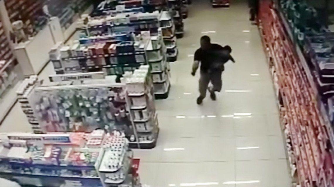 Video: Disparó y mató a dos ladrones mientras sostenía a su hijo en brazos