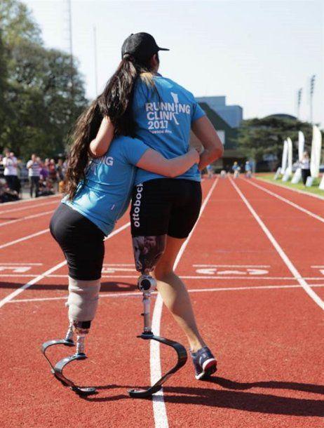 Esmeralda Riggio, probando prótesis para correr. Foto: La Nación.